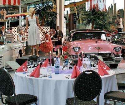 American Dream Cars - Empfang & Dinner Wir laden Sie ein zu einer einmaligen Entdeckungsreise durch die Vergangenheit, Gegenwart und Zukunft der Technik und erleben Sie einzigartige Meilensteine der Ingenieurskunst und den Zeitgeist, aus dem heraus sie entstanden sind.