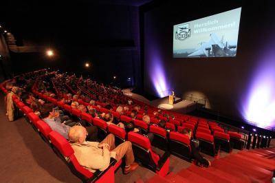 IMAX 3D Filmtheater Wir bieten Ihnen neben dem Filmerlebnis die Möglichkeit, Präsentationen und Vorführungen auf der 22 x 27 m großen Leinwand zu zeigen. Buchen Sie das erste IMAX 3D Filmtheater Deutschlands exklusiv, auch außerhalb der regulären Öffnungszeiten.