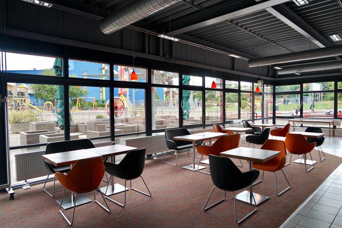 """Café Lounge Airport Nun bieten wir Ihnen neben der Veranstaltungshalle """"Terminal"""" (720 qm) eine weitere, neue Tagungslocation mit besonderem Charme: das Café Lounge Airport! Hier finden Sie die optimale Kombination aus richtiger Atmosphäre für intensive Gespräche und moderner Pausen-Lounge für Networkings von 10 bis 40 Personen."""