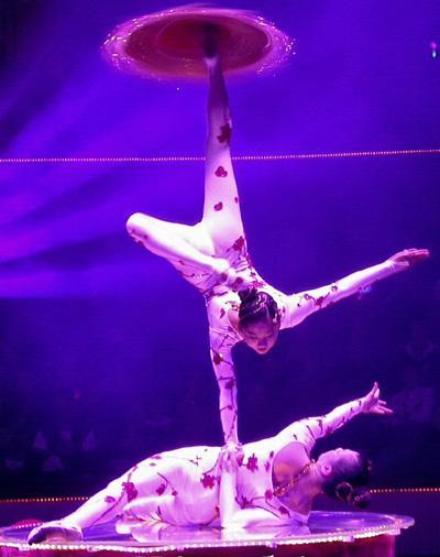 YING & LING - ein echter China-Klassiker Die beiden jungen chinesischen Künstlerinnen sind seit einigen Jahren in Europa stationiert und beeindrucken durch eine Partnerakrobatik mit höchsten Schwierigkeiten. Kraft, Beweglichkeit und das feinfühlige Spiel mit den Tüchern lassen den Betrachter aus dem Staunen nicht mehr herauskommen. Ein echter Klassiker aus dem Reich der Mitte!