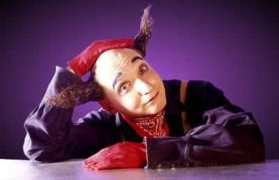 """Ein genialer Komiker Ein Clown zu sein bedeutet mehr, als ein Lächeln im Gesicht zu tragen – das stellt der Absolvent der renommierten Kiewer Artistenschule in seinen kleinen skurrilen Geschichten unter Beweis. Von Paris bis Barcelona gilt er als die große Entdeckung der letzten Jahre, nicht zuletzt nach seinem furiosen Auftritt beim internationalen Zirkusfestival """"Cirque de Demain""""."""