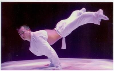 Yury Handbalancing BON HEUR nennt sich seine Handstandnummer auf einer Sanduhr. Spielerisch leicht wirken seine akrobatischen Höchstleistungen mit welchen er schon das Publikum im Pariser Lido und in zahlreichen Varietés in ganz Europa begeisterte.
