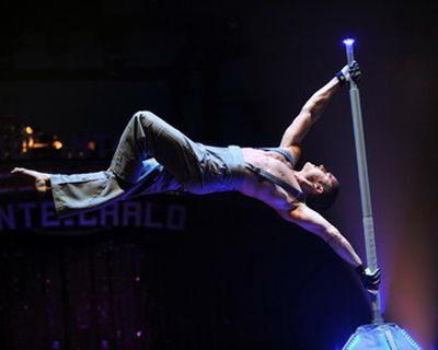Dominic ... wie eine Flagge im Wind Der in Kanada geborene Künstler beeindruckt mit einer außergewöhnlichen Performance an der Stange. Equilibristik in vollendeter Form.  Auch beim Circusfestival in Monte Carlo überzeugte Dominic und wurde mit einem Spezialpreis ausgezeichnet.