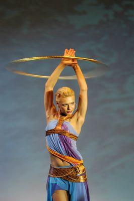 Yulia - Tanz der Reifen … Mit ihrer extravaganten Hula-Hoop-Nummer begeistert die russische Künstlerin seit Jahren das Publikum in den größten Varietés Europas.