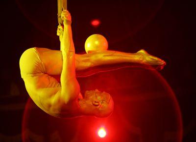 Visionäre Körperkunst Visionäre Körperkunst – Kraft und Inspiration: Eine Luftakrobatik-Performance der Extraklasse. Eine Symbiose aus absoluter Körperbeherrschung, Ästhetik, geballter Kraft und Eleganz.