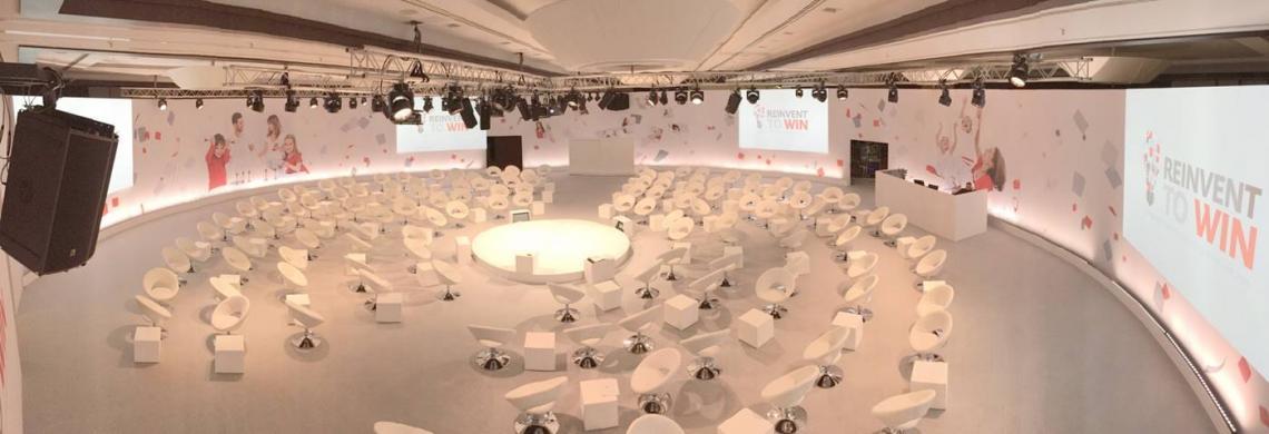 Henkel Managment Konferenz Henkel Managment Konferenz Veranstaltung, Rundbühne und runde Stellwandkonstruktion, Ausstattung mit Mietmobiliar