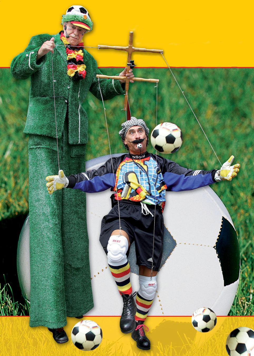 """PICO BELLO's """"Toni – The Goalkeeper"""" PICO BELLO's """"Toni – The Goalkeeper"""" - Alles läuft wie am Schnürchen, wenn der Trainer auf Stelzen seinen Torwart zum balancieren, jonglieren und tanzen bringt. Originelle Ideen, präzises Timing und gekonntes Zusammenspiel schaffen unvergessenen Augenblicke."""
