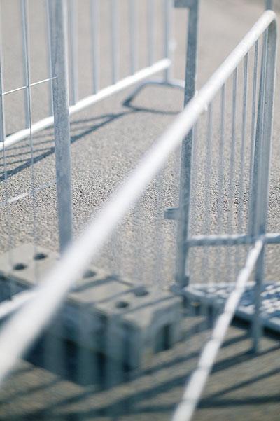Grenzenlos abgrenzen Wer auf einem Veranstaltungsgelände ein Höchstmaß an Sicherheit braucht sollte auch in punkto Service kein Risiko eingehen. Mit unseren Sicherungszäunen garantieren wir Ihnen einen reibungslosen Ablauf: Lieferung, Montage und Demontage.