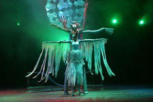 """Varietéshow ZONG Varieté heißt übersetzt: """"Abwechslung, bunte Vielfalt!""""  Genau das bietet die ca. 1 1/2-stündige Showproduktion von Rudi Renner: ein abwechslungsreiches Unterhaltungsprogramm mit artistischen, akrobatischen, musikalischen und komödiantischen Darbietungen.  Die Erstaufführung von """"ZONG"""" war am 27. Juni 2004, auf Anfrage eines Programmdirektors aus den USA für das """"Festival of Nations 2005.""""  """"Zong"""" ist aktuell, unterhaltsam, spritzig, jederzeit einsetzbar und die perfekte Showproduktion für außergewöhnliche Kundenanfragen."""