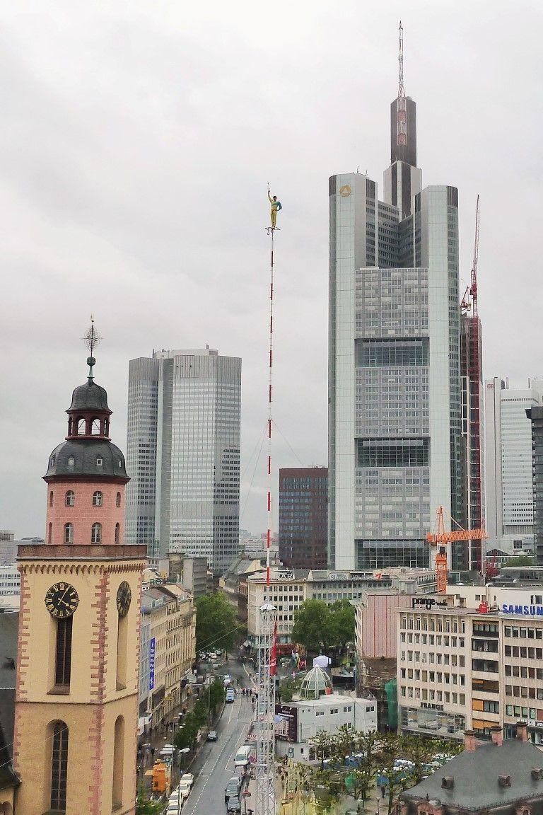 Hochseiltruppe Geschwister Weisheit ® - Hochmast in Frankfurt am Main beim Wolkenkratzerfestival