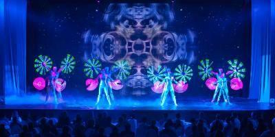 Show Dirk Denzers Lichtwelten Ein Abend voller Lichtgestalten und Verzauberer. Das Licht als Ursprung allen Lebens wird spannend, abwechslungsreich, innovativ und in seinen vielfältigen Facetten inszeniert. Tanzende Leuchtspuren, magische Lichterscheinungen, Licht- und Schattenprojektionen und phantastische Lasereffekte sind die Zutaten dieser bildgewaltigen Varietéshow rund um das Thema Licht.