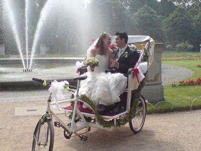 Heiraten auf drei Rädern ... Heiraten auf drei Rädern ... Heiraten in Köln in einer Hochzeitsrikscha und das am besten im Dom! Wenn Sie sich jetzt von unserem Rikscha-Chauffeur abholen und oder bringen lassen, ist das Glück perfekt.