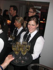 Gastronomierpersonal/Servicepersonal beim Sektempfang