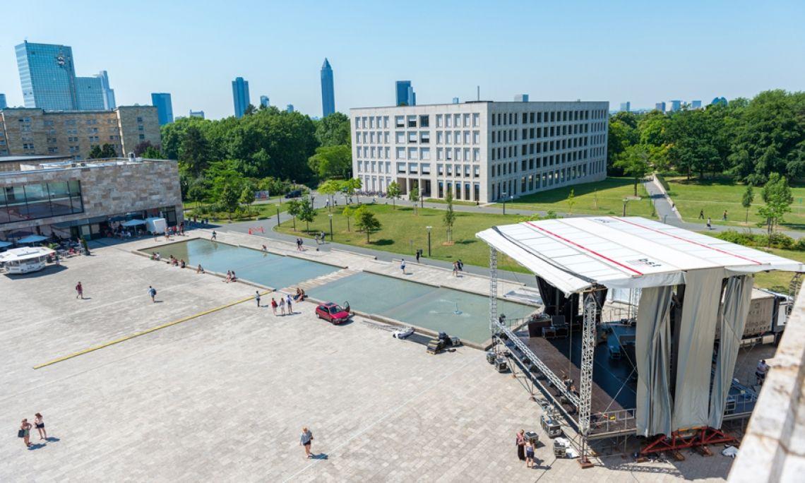 Die Alphastage 160 in Frankfurt. Der Aufbau geht fast von selbst. Das eingespielte Team braucht nur wenige Stunden von der Anfahrt bis zur betriebsfertigen Bühne. Mit hydraulischer Unterstützung der Alphastage.  Foto: Markus Kohz.