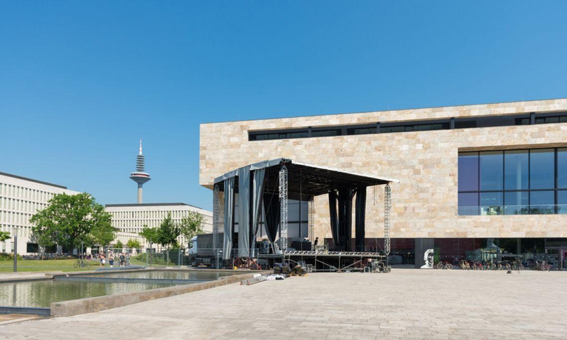 Alphastage 160 in Frankfurt. 160 Quadratmeter Bühne für einen großen Auftritt, hier: das Jubiläum der Johann Wolfgang Goethe-Universität in Frankfurt am Main. Foto: Markus Kohz.