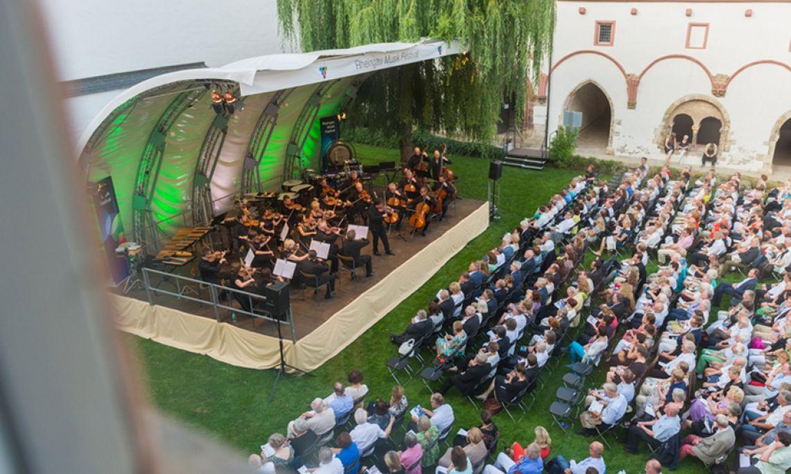 Andalusische Nacht, Konzert im Hof von Kloster Eberbach, Rheingau Musik Festival 2015. Auf der Bühne: Orchester und Solisten. Publikum: ca. 500 Personen. Foto: Markus Kohz.