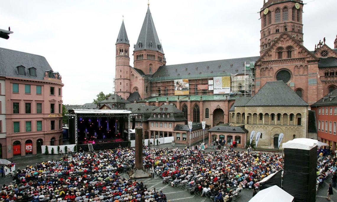 Alphastage 160 auf dem Domplatz in Mainz. Chris de Burgh hat seinen Auftritt auf der großen Bühne beim Stadtfest.