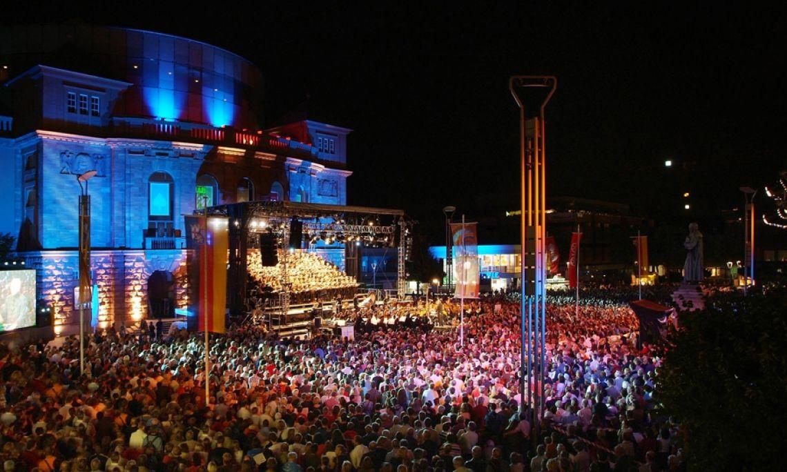 Europa Cantat: Internationales Chor-Festival in Mainz. Carmina Burana, das Abschlusskonzert auf der Bühne und auf dem Theaterplatz.
