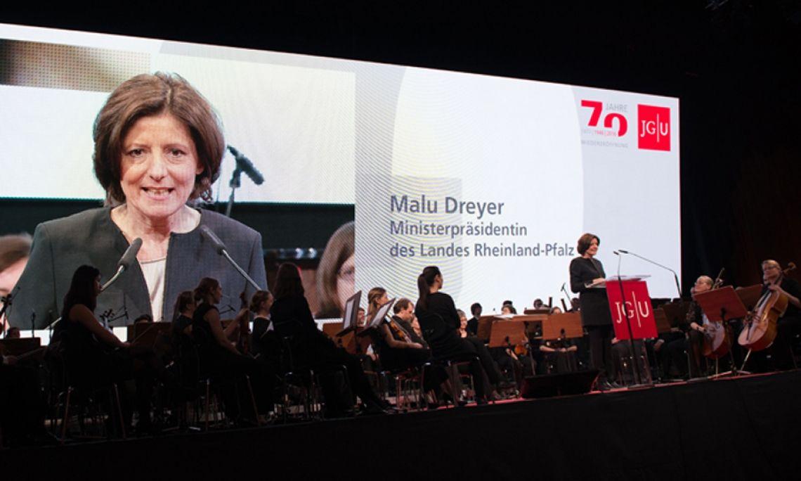 Die Ministerpräsidentin spricht in der Rheingold-Halle, Mainz. Das Jubiläum der Mainzer Johannes Gutenberg-Universität 2016 wird gefeiert und auch medial inszeniert. Foto: Markus Kohz.