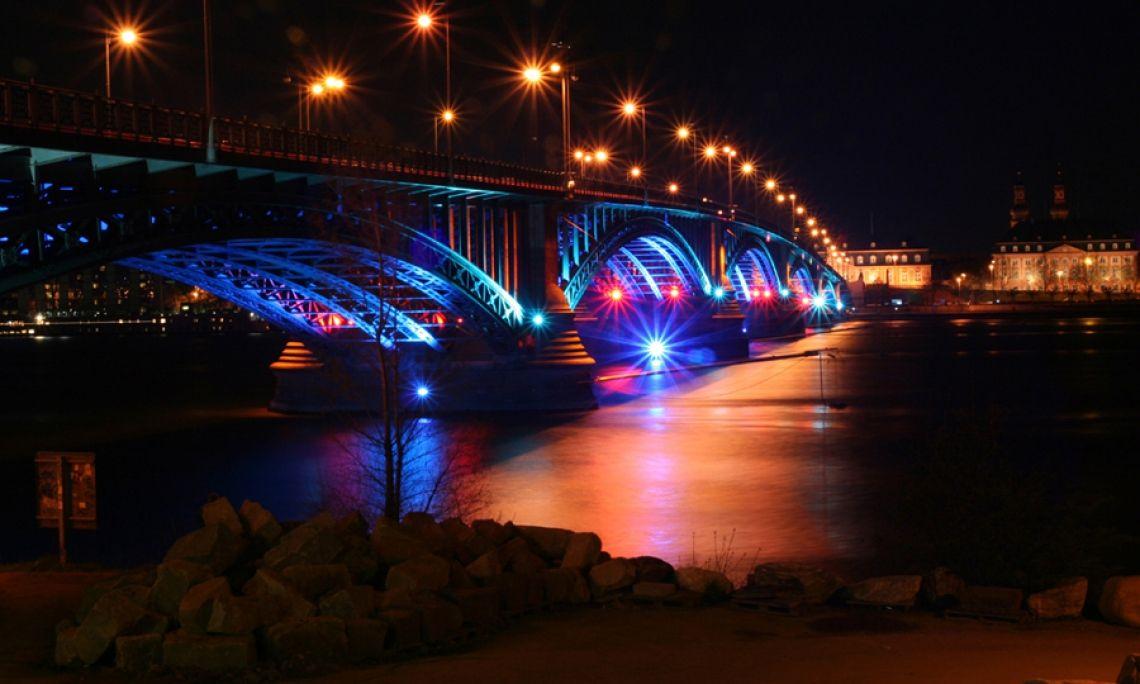 Luminale: Illumination der Theodor Heuss-Brücke in der Mainzer Innenstadt. Groß-Projekt der Messe Frankfurt mit zahlreichen regionalen Akteuren, u. a. der Hochschule Mainz.