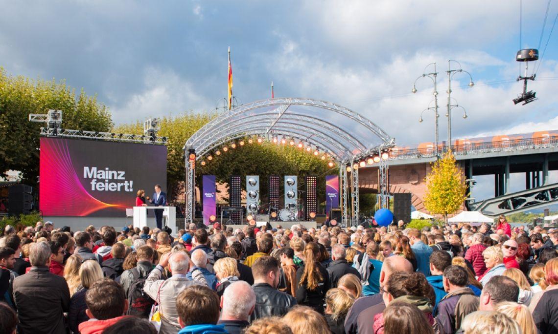 Tag der Einheit 2017 in Mainz. Der Aufbau mit dem transparenten Bühnendach ermöglicht optimale Publikumsnähe. Foto: Markus Kohz.