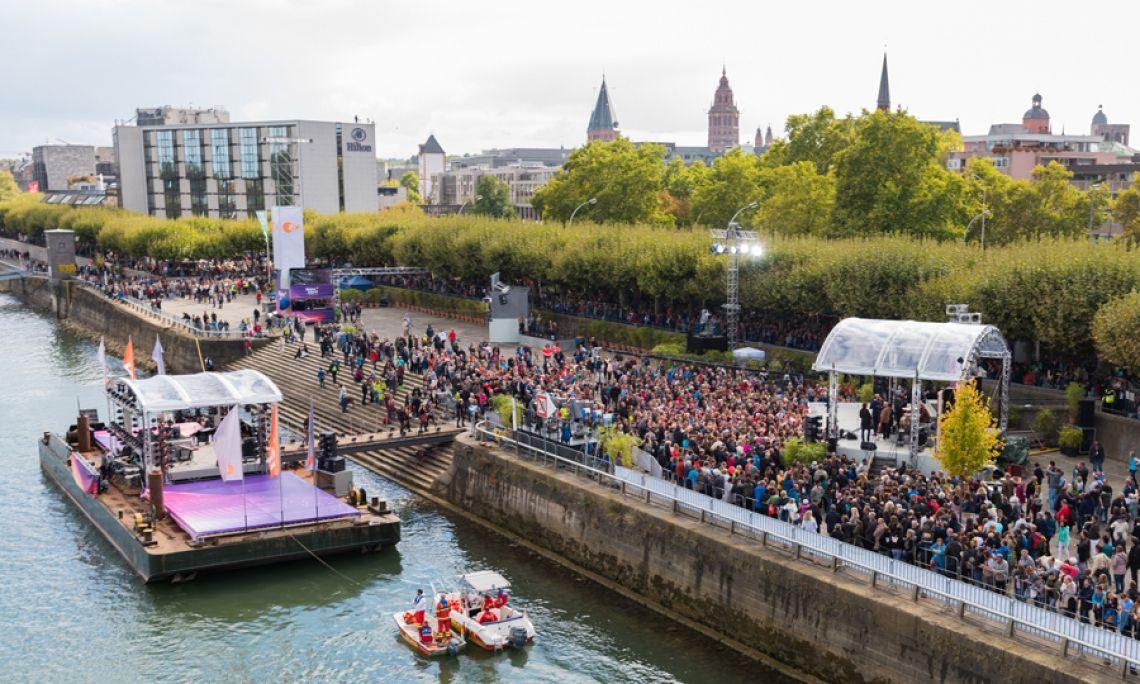Einheitsfeier mit Live-Übertragung. So feiert Mainz: Dom und Rhein geben eine großartige Kulisse für Live-Erlebnisse. Foto: Markus Kohz.