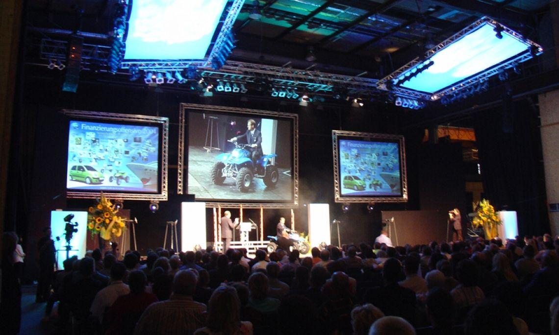 Bühnenshow zur Produktpräsentation. Bühnenbau, Licht und Ton: bst. Veranstaltung für die eigenen Mitarbeiter. Location: Phönix-Halle, Branche: Automobil.