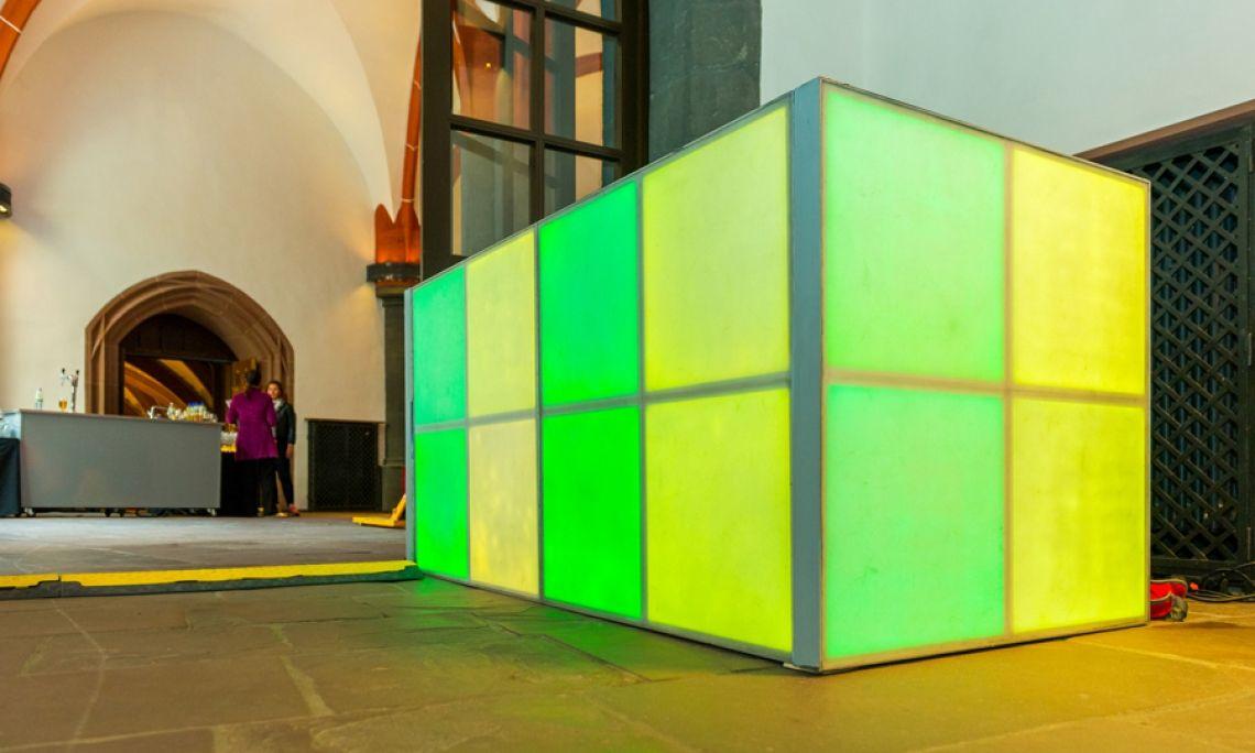 Theke aus LED-Elementen. Lässt auch historisches Ambiente in gutem Licht erscheinen. Foto: Markus Kohz.