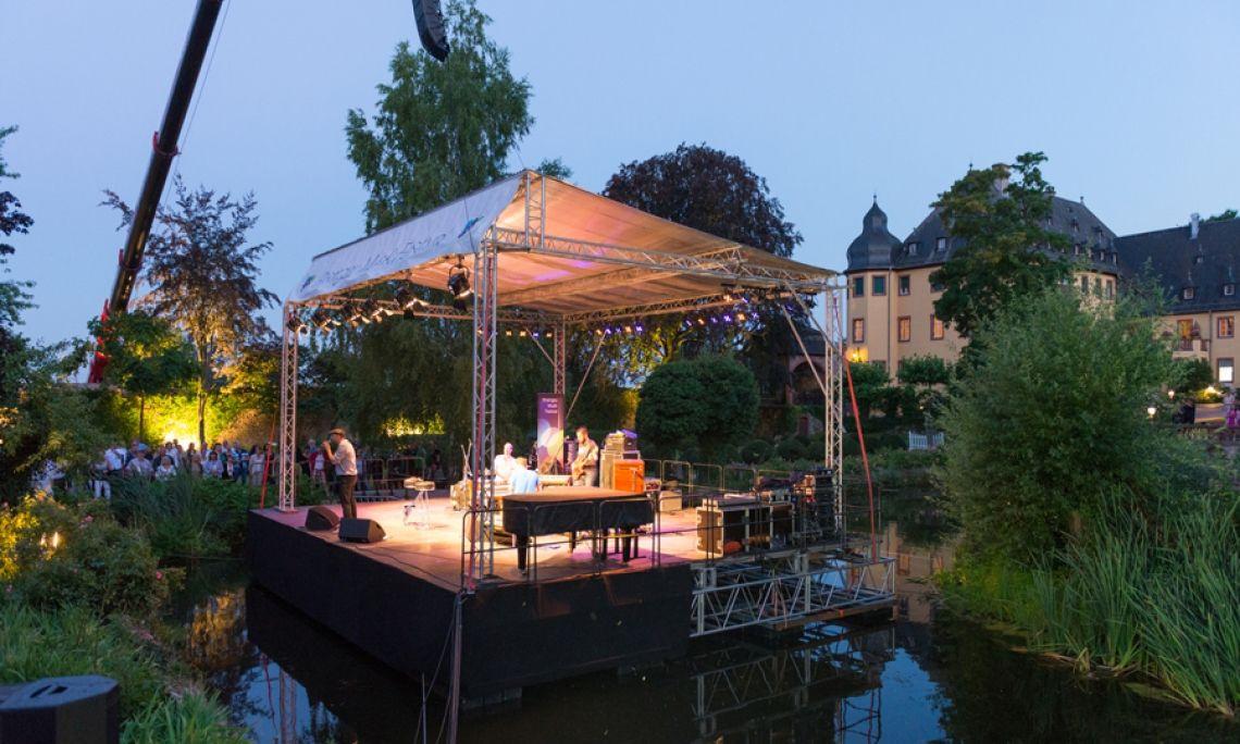 Die Seebühne am Abend. Eine von mehreren hundert Veranstaltungen im Rheingau Musik Festival-Sommer. Seit mehr als 25 Jahren. Foto: Markus Kohz.