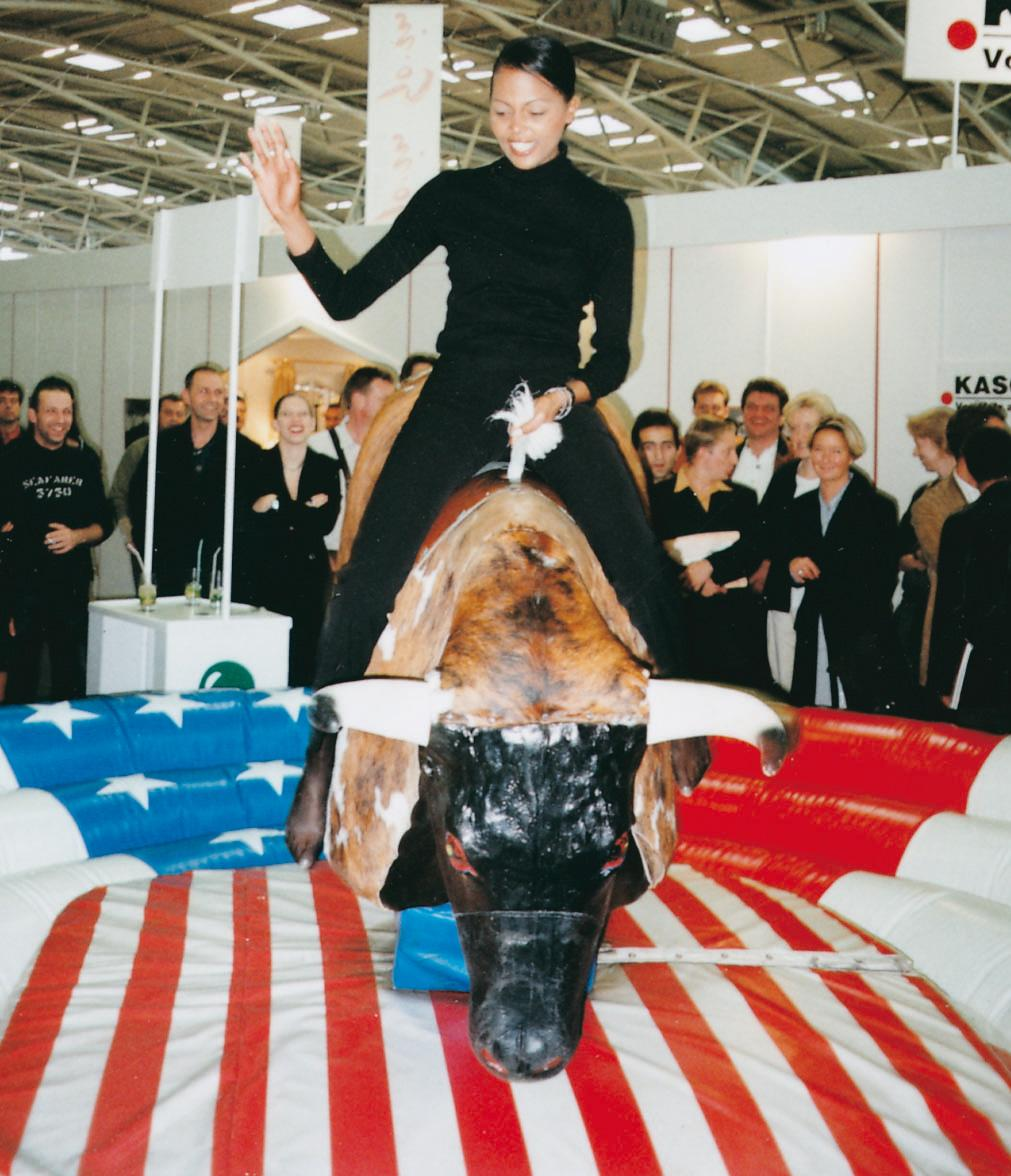 ERTL Karussell Land GmbH - Bull-Riding Bullenreiten auch auf bayerisch verfügbar! Wer wagt es den Bullen herauszufordern und wer hält sich am längsten auf seinem Rücken? Ein tolles Erlebnis für Ihre Mottoparty oder Ihr Mini-Oktoberfest! Wer fällt landet in der weichen Landezone!
