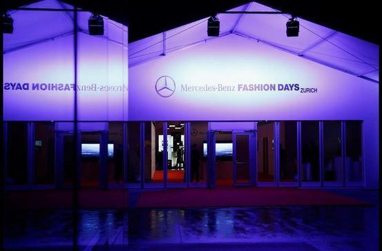 Mercedes Benz Fashion Stylische Events brauchen stylische Gebäude. Neptunus stellt mit seiner temporären Aluminiumhalle das ideale Gebäude für dieses hochrangige Fashionevent zur Verfügung: ein temporäres Gebäude mit dem Look eines echten Bauwerkes und einer edlen Atmosphäre für die Mercedes Fashion Days in Zürich. Die Veranstaltungshallen eignen sich hervorragend für Events, Festivals, Feiern, Ausstellungen oder Messen.