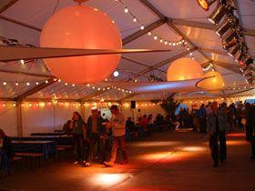 Zeltdekoration mit Leuchtballons Stretchsegelund LED-Ballons lassen es auf recht einfache Weise zu, Zelte elegant zu dekorieren und dezent zu beleuchten.