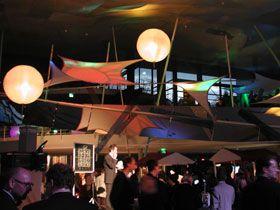 Hallendekoration mit Lichtballons und Leuchtobjekten In größeren Hallen setzen unsere Produkte farbige und optisch reizvolle Akzente!