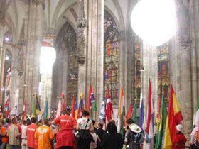 Leuchtballons im Kölner Dom Das war schon ein Highlight 2005, als wir im Kölner Dom im Auftrag des WDR anläßlich der Fernsehübertragung Beleuchtungsballons- insgesamt 10 Stück HMI-Lichtballons mit 48 kW Gesamtleistung- installieren durften. Gänsehaut pur!