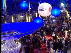 Luftraumgestaltung mit Leuchtballons und LED-Ballons Mit ein Highlight 2006 die Installation für den Deutschen Fernsehpreis. Insgesamt 14 Ballons- davon 12 LED-Ballons- gestalteten den Luftraum des Coloneums in Köln in beeindruckender Art und Weise.