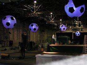 LED-Ballons, gebrandet Fussbälle sind rund- unsere Leuchtballons auch, über den gesamten Zeitraum eines Events. Übrigens ist das Ballonmaterial nach DIN 4102 schwer entflammbar, nicht alltäglich.