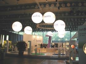 Beleuchtung, Standdesign und Werbung für Messestände Ein Leuchtballon löst viele Aufgaben. Besondere Dekoration des Luftraumes über dem Stand, blendfreie und homogene Flächenausleuchtung, hochgradig wirksame Werbeträger, freie Atmosphäre und geringe Temperaturentwicklung.