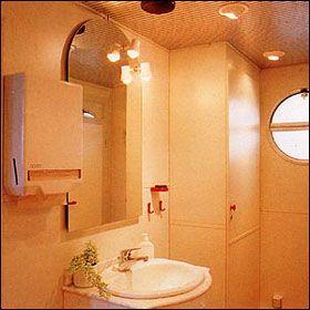 Die Waschbecken ... Die Waschbecken sind in eine echte Marmorplatte eingelassen. Zusammen mit dem Kristallspiegel vermitteln sie ein Gefühl von stilvoller Privatheit. Warmes Wasser zum Händewaschen ist selbstverständlich.