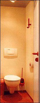 Die Toilettenkabinen ... Die Toilettenkabinen brauchen keinen Vergleich zu scheuen. Ein freihängendes Tiefspül-WC, ein großzügiger Garderobenhaken, ein Wandaschenbecher, ein ausreichend dimensionierter Papierroller und eine farblich abgestimmte Bürstengarnitur lassen keine Wünsche offen.
