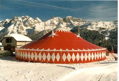 Zelt Berg Madonna Besonderes Equipment für besondere Locations.  Ein Zirkuszelt mitten im Ski-Gebiet Madonna die Campilio hat den Wow-Effekt und bleibt allen Teilnehmern in Erinnerung.