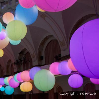 Spektakuläres – Denken Sie größer! Die Faszination endet nie. Auch wir sind jedes Mal aufs Neue fasziniert, wenn unsere Ballone zu Wolken, Flotten und Figuren werden. Wenn aus Werbung Kunst wird. Wenn Phantasie aus einfachen Materialien einzigartige Projekte entstehen lässt.
