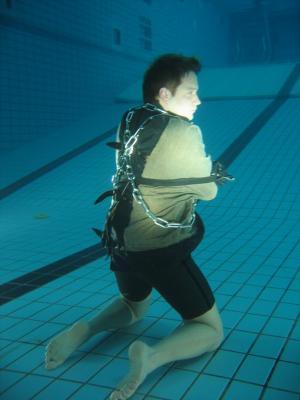 Atmenlos  Bei der Unterwasserentfesselung von Fabian Kelly stockt auch den Zuschauern der Atem.