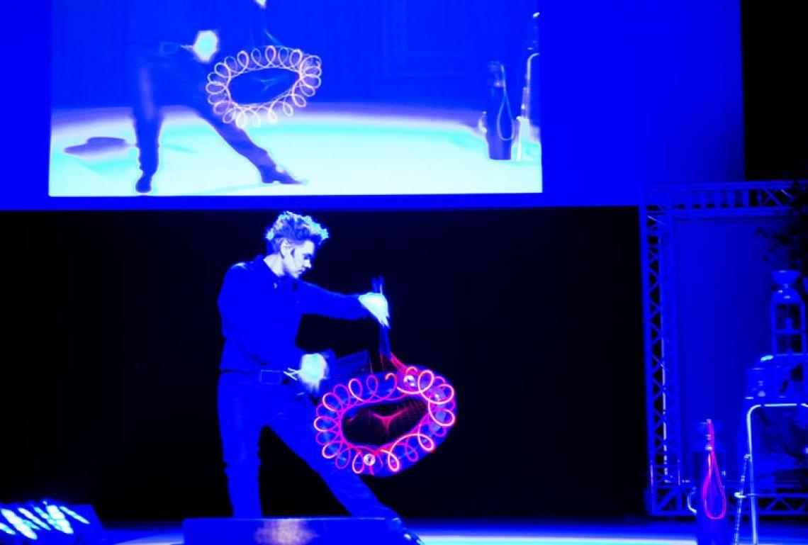 Diabolo Jonglage mit Lichteffekten | Axel S.