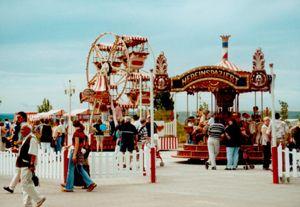 Jahrmarkt Jahrmarkt der Jahrhundertwende - mit Karussels, Riesenrad, Buden und Ständen