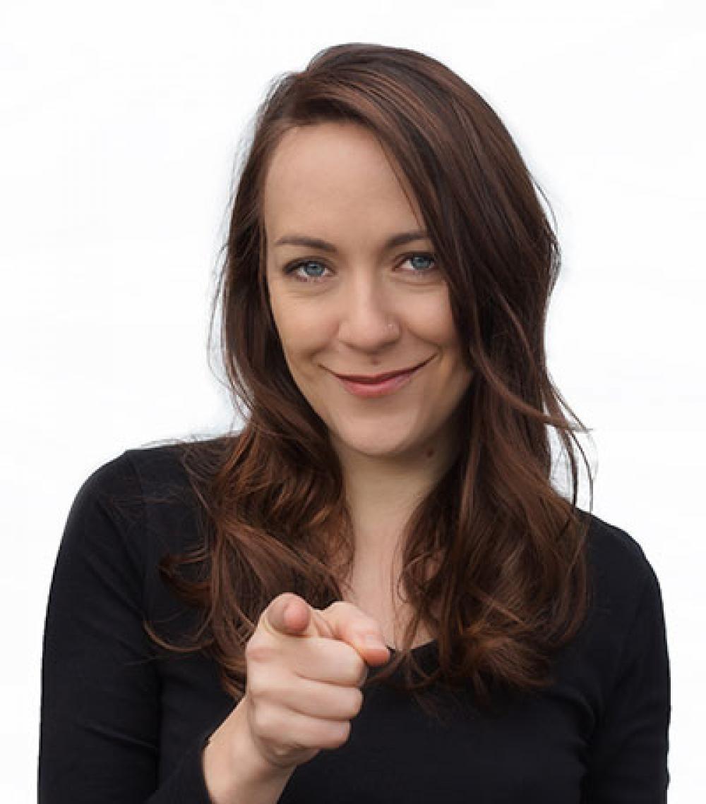 """Lisa Catena Ab 2016 plant die schweizer Komikerin Lisa Catena in Zusammenarbeit mit der Agentur akzent Ihren Start auf deutschen Bühnen. Getreu dem Motto: """"Politik ist wie Rockmusik"""" wagt Lisa Catena den Blick über den Tellerrand und beleuchtet die politische Lage in Deutschland aus Schweizer Sicht."""