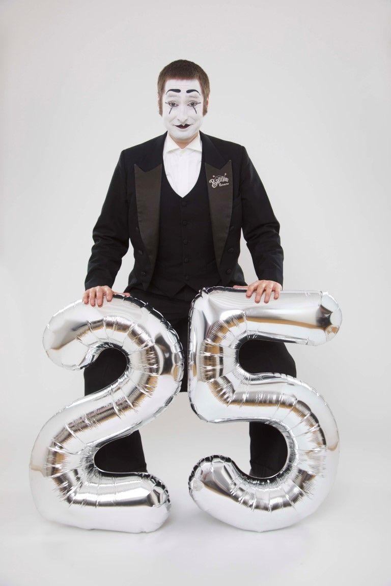 25jähriges Jubiläum Bereits seit 25 Jahren erfreut Bastian mit seiner humorvollen, charmanten Art und ohne Worte Ihre Gäste.