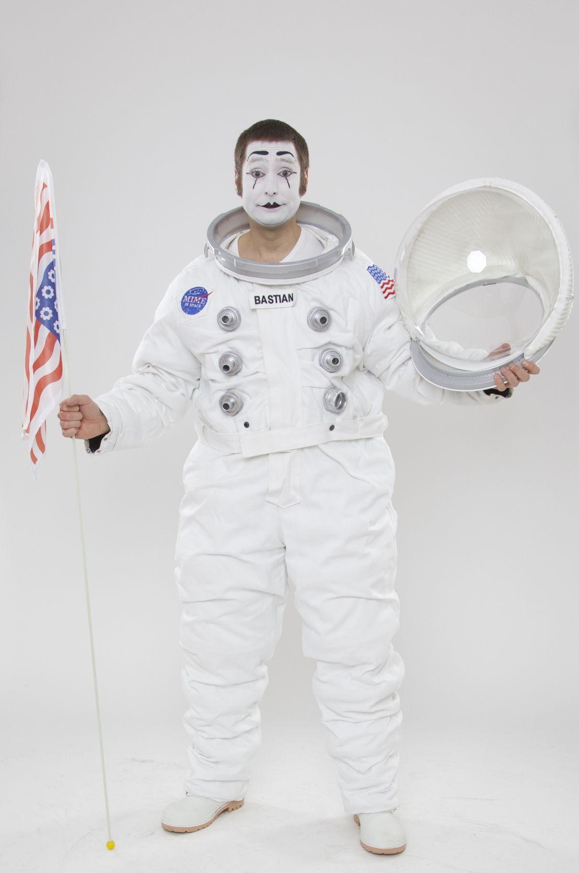 Bastian als Astronaut Bastian grüßt from Outer Space, natürlich stilecht im Raumanzug mit Special Effects!