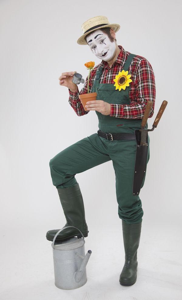 Bastian gärtnert Ja, Bastian hat auch den Grünen Daumen! Mit viel Liebe zum Detail hat er allerlei Samen für Blumen und Pflanzen ausgewählt und lädt Sie ein, mit ihm zusammen die kleinen Tongefäße mit Erde zu befüllen, zu bepflanzen und zu bewässern, damit die zarten Pflänzchen später bei Ihnen zuhause auch fleißig wachsen und gedeihen können. Ein Spaß für alle kleinen und großen Hobbygärtner oder solche, die es werden wollen.