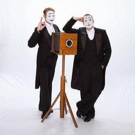 """Foto Walk-Act Ausgestattet mit einer antiken Plattenkamera fängt Pantomime Bastian die schönsten Momente Ihrer Veranstaltung ein.  Er verzaubert nicht nur Ihre Gäste mit seiner charmanten und unaufdringlichen Art und Weise, es entstehen auch spielerisch reale Fotos in manch einer komischen Situation! Am Ende der Veranstaltung können Bastians """"Schnappschüsse"""" natürlich Ihren Kunden feierlich überreicht werden, gebrandet mit Ihrem Firmenlogo. Alternativ bekommen Sie die Bilder digital für einen weiteren Kundenkontakt im Nachgang. Was bleibt ist in jedem Fall eine besondere Erinnerung an eine unvergessliche Veranstaltung."""
