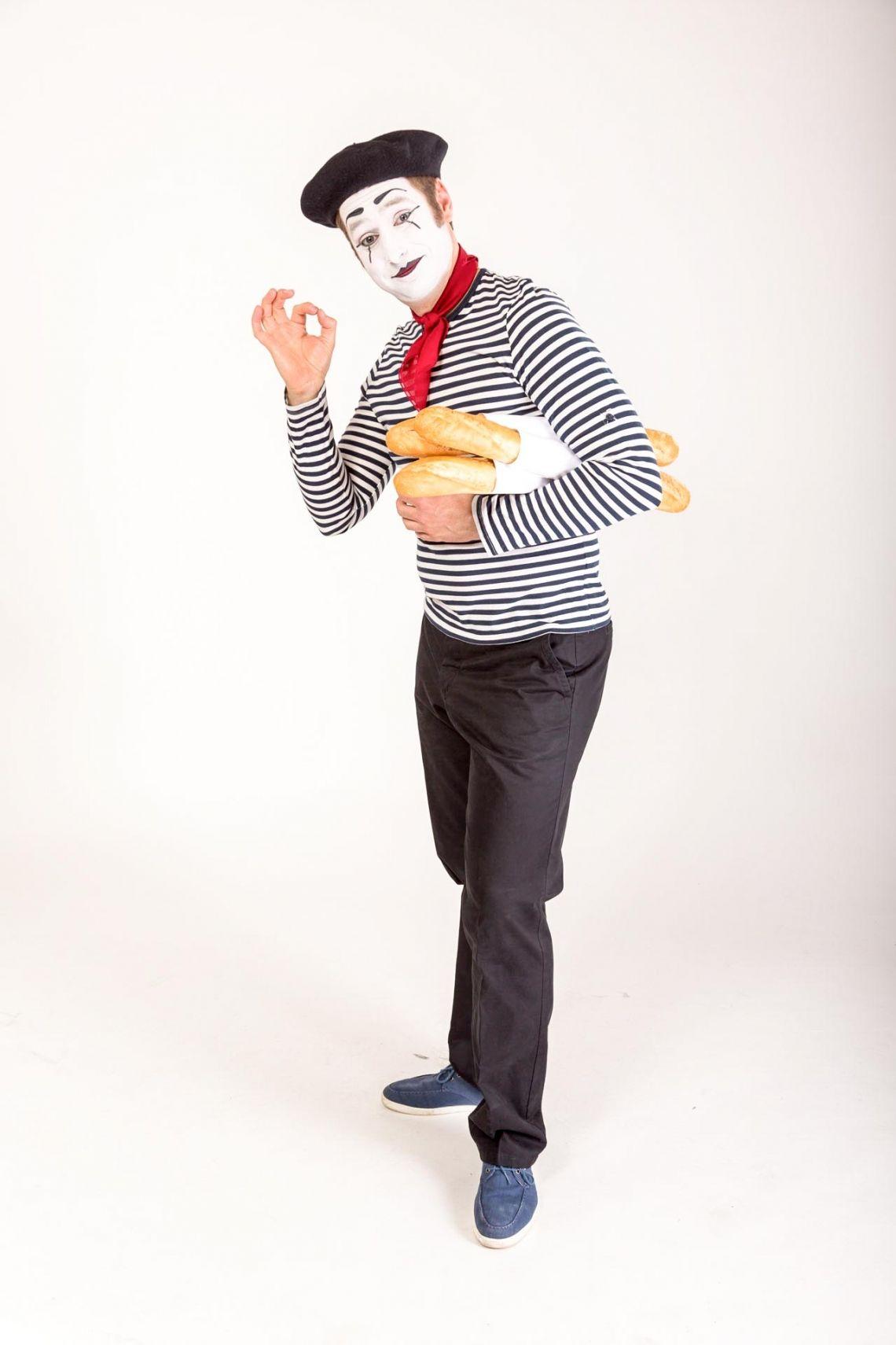Bastian als Franzose Vive la france! Genießen Sie das savoir vivre mit Bastien. Gekleidet im typisch französischen Ringelshirt und mit Baguette unter dem Arm ist Bastien vom Eiffelturm bis nach Berlin überall zu sehen...